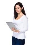 Utilisation de femme du PC de comprimé photo libre de droits