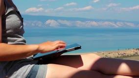 Utilisation de fille un comprimé, plan rapproché, belle vue du lac Baïkal, paysage clips vidéos
