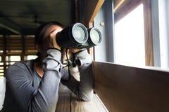 Utilisation de jeune femme du binoculaire Photos libres de droits