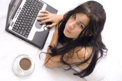 utilisation de l'adolescence d'ordinateur portatif Photo libre de droits