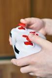 Utilisation de mains d'enfant à télécommande Images stock