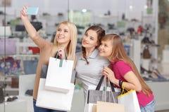 Utilisation de téléphone aux achats Photographie stock libre de droits