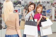 Utilisation de téléphone aux achats Photos stock