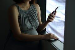 Utilisation de téléphone portable dans la grossesse Photographie stock