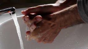 Utilisation domestique B - mains de lavage de l'eau banque de vidéos