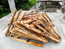Utilisation du bois de support de shutter des panneaux de construction image stock
