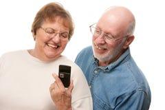 utilisation heureuse d'aîné de téléphone de couples de cellules Photos stock