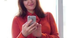 utilisation intelligente de téléphone de femme d'affaires banque de vidéos
