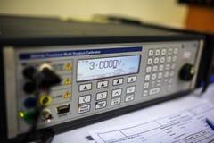 Utilisation multi de calibreur de précision pour le multimètre de calibrage et la mesure électrique image libre de droits