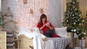 Utilisation Smartphone de jeune femme près de l'arbre de Noël clips vidéos