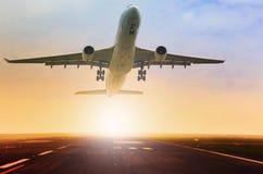 Utilisation succédante de piste d'aéroport d'avion de passagers pour le transport aérien Photos libres de droits