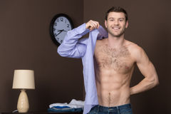 Utiliser sa nouvelle chemise. photos stock