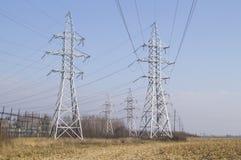 utilitaires Lignes électriques à haute tension Images stock