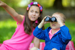 Utilização do menino e da menina binocular fotos de stock