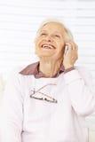 Utilização feliz da mulher do idoso imagem de stock royalty free