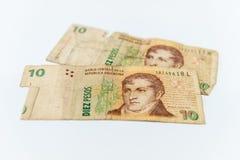 Utilizado y roto 10 billetes de banco argentinos de los Pesos imagenes de archivo