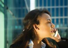 Utilizzando telefono nel sole di sera fotografie stock