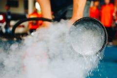 Utilizzi un estintore per fare fuoco contro il carro armato di gas Cottura, vigile del fuoco fotografie stock