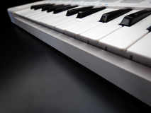 Utjämnare för för elektroniskt musikinstrument eller ljudsignalblandare eller ljud på en parallell modulsynt för svart bakgrund Royaltyfri Bild