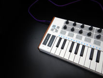 Utjämnare för för elektroniskt musikinstrument eller ljudsignalblandare eller ljud på en parallell modulsynt för svart bakgrund Royaltyfria Foton