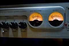 Utjämnaren för den solida blandaren med många knäppas och vu-metern i recordin Fotografering för Bildbyråer