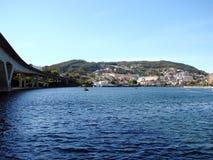 Utkanten av staden av Pontevedra spain Skoglandskap och panorama av sjösidan runt om staden royaltyfri foto