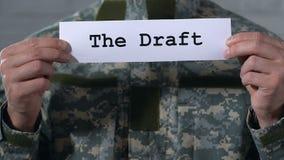 Utkastet som är skriftligt på papper i händer av den manliga soldaten, militär arbetsuppgift, closeup lager videofilmer