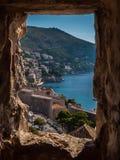Utkik till Kroatien till och med trästrukturen Arkivbild
