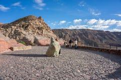 Utkikområde framme av den gamla krater, med en sten av lycka i mitt royaltyfri bild