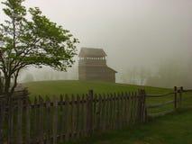 Utkiktornet, trädet, ormstångstaket, gick strejkvakt staketet, buntstångstaketet och dimma Royaltyfri Foto