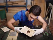 Utklippplatta som modellerna och inskrifterna bränns på arkivbilder