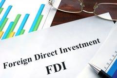 Utländsk FDI för direkt investering form på en tabell arkivbilder