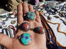 Utländska turister, handelsresandeval för souvenir, Nepal royaltyfri fotografi
