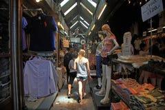 Utländska turister på den Chatuchak helgmarknaden Arkivbilder