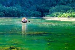 Utländska turister på den mystiska lagun Arkivbild