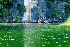 Utländska turister på den mystiska lagun Royaltyfri Foto