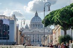 Utländska turister som framme strosar och fotograferas i Rome, Italien på en ljus solig dag av kupolen av den huvudsakliga katoli arkivbild