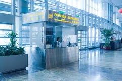 Utländskt utbyte på flygplatsen Arkivfoton