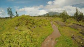 Utlöpare av den Mayon vulkan med flödande bergfloder nära den Legazpi staden i Filippinerna Mayon för flyg- sikt vulkan arkivfilmer
