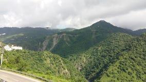 UtlöpareIndien fördunklar den nationella huvudvägen skönhet för grönska för solskenmörkerväg scenisk Royaltyfri Foto