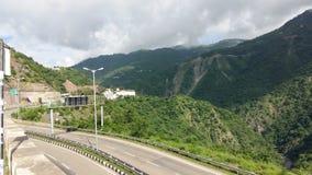 UtlöpareIndien fördunklar den nationella huvudvägen skönhet för grönska för solskenmörkerväg scenisk Fotografering för Bildbyråer