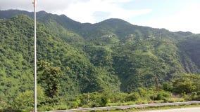 UtlöpareIndien fördunklar den nationella huvudvägen skönhet för grönska för solskenmörkerväg scenisk Arkivbild