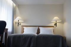 Utmärkt dekorerat modernt sovrum tolkning 3D av ett kontorsutrymme Royaltyfria Bilder