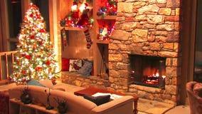 Utmärkt festlig sikt för ögla för atmosfär för garnering för rum för helgdagsafton för nytt år för julgran på journalvedträbränni stock video