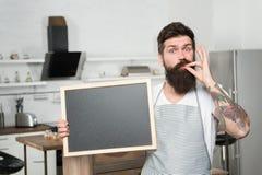 Utmärkt hem- mat Hem- meny Kontrollera ut menyn Utrymme för kopia för svart tavla för håll för mankockförkläde Receptbegrepp matl royaltyfri bild