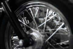 Utmärkt ledar- mekaniker som reparerar ett hjul Arkivbild
