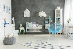 Utmärkt möblerat behandla som ett barn pojkerum royaltyfri bild