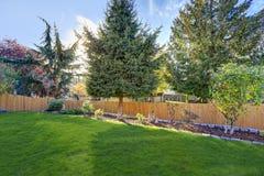 Utmärkt manicured trädgård med härligt landskap Arkivbild