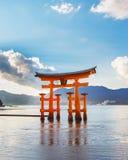 Utmärkt sväva porten (O-Torii) på den Miyajima ön arkivfoton