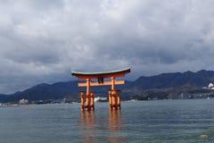 Utmärkt sväva porten (O-Torii) på den Miyajima ön Royaltyfri Foto